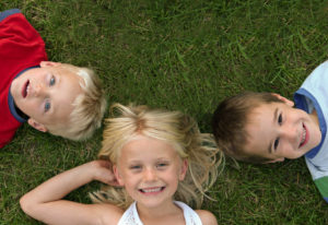kids-laying-in-grass